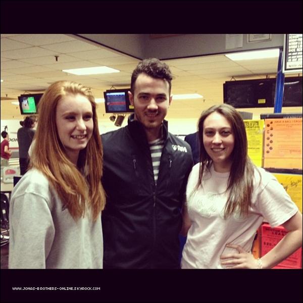 _ 19.04.2014 | Kevin a posé avec des fans dans un bowling du New Jersey :