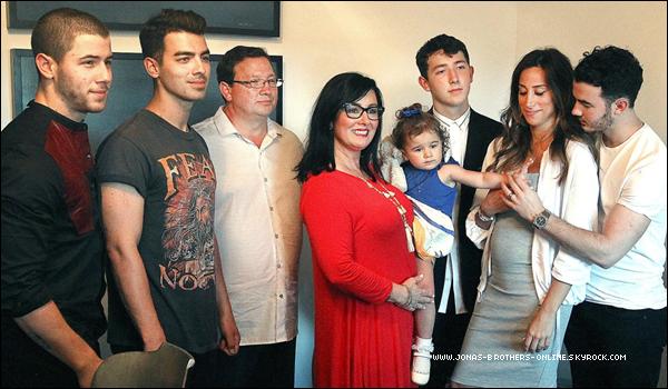 _ 07.06.2016 | La famille Jonas à l'ouverture de leurrestaurant Nellie's Southern Kitchen_à Belmont :