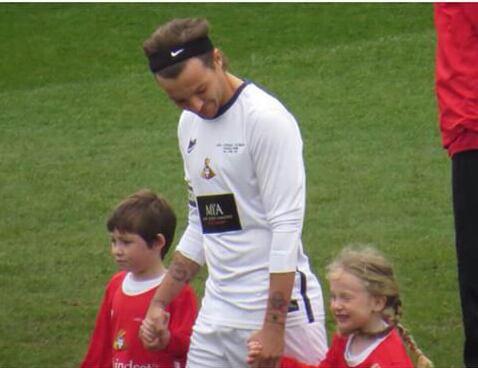 Liam étais au match de Louis hier ^^ Louis tout en blanc :)
