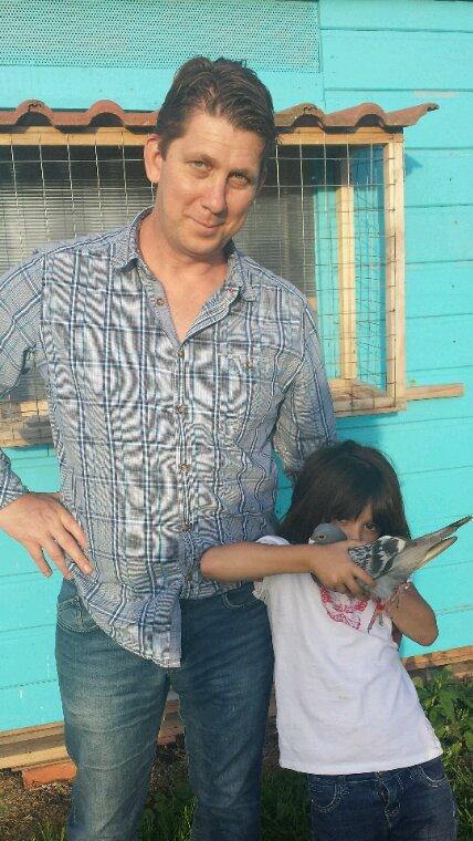 Alissa est fière de son pigeon qui a réalisé un 1er prix sur Chateaudun
