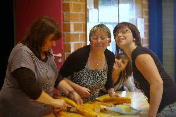 Moi faisant les sandwichs et les croques avec mon amie Valérie ma fille et alex qui a squaté la photo