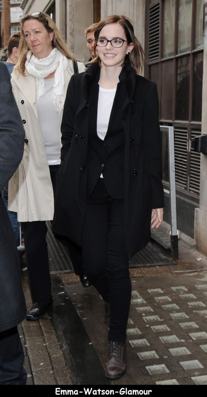 Emma à éte vu aux studio de la BBC radio a Londres le 26/09/12.Sa participation à l'émission est pour promouvoir The Perks . J'aime son style avec les lunette , sauf les chaussures pas top et vous qu'en pensez vous?