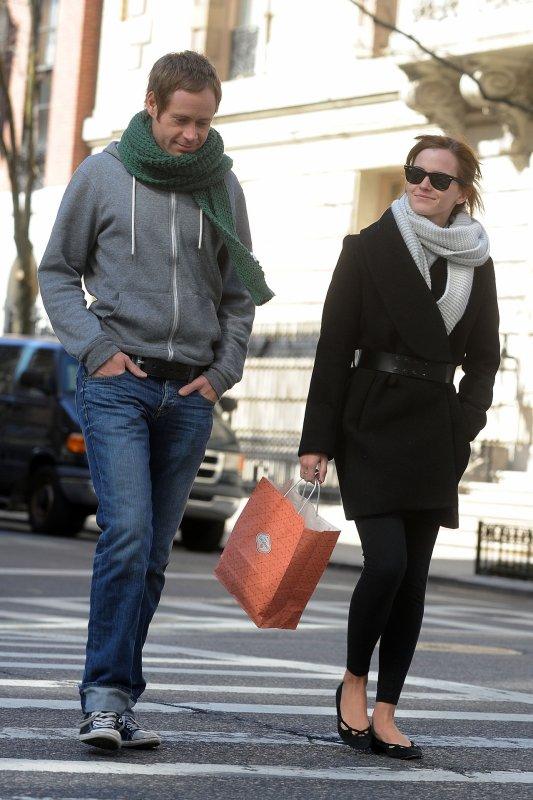 Le 05/04/13 Emma à été vu en train de déjeuner avec un ami  à la terrasse du Bar Italia sur Madison Avenue. j'aime beaucoup sa tenue! Elle s'est ensuite promener :)