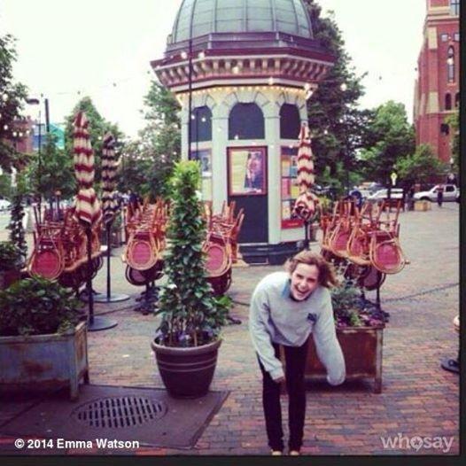 Emma dans un café du centre londonien ainsi qu'un nouveaux photoshoot!!