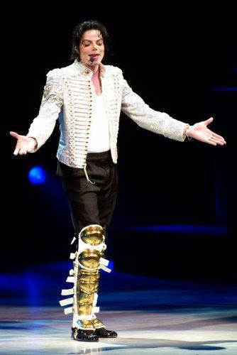 une drogue, une passion, un modéle, un idole, une légende, un ange , un courageux, un dieux, un roi , une enfance brisé......je t'aime Michael