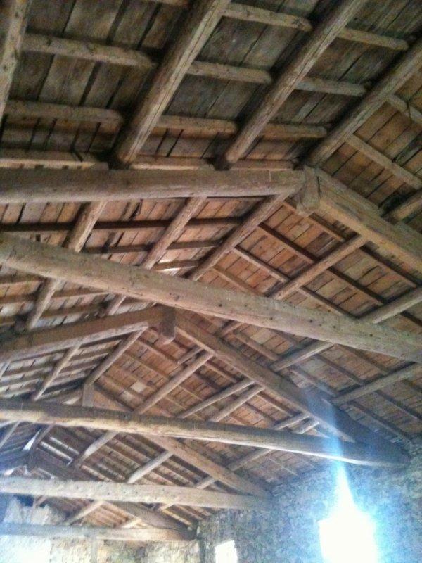 La toiture qui restera en poutres apparentes ...