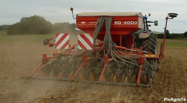 Semi de couvert végétal 2010 avec NH TM125 et Kverneland SD4000