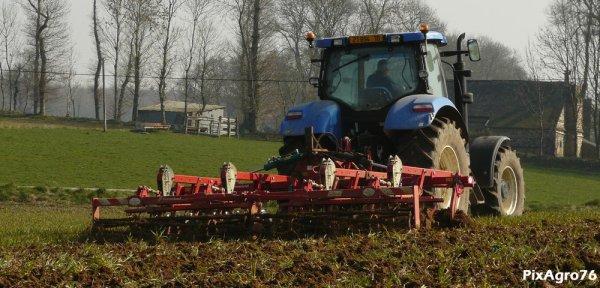 Déchaumage 2011 avec NH T6070 et Kverneland CLC