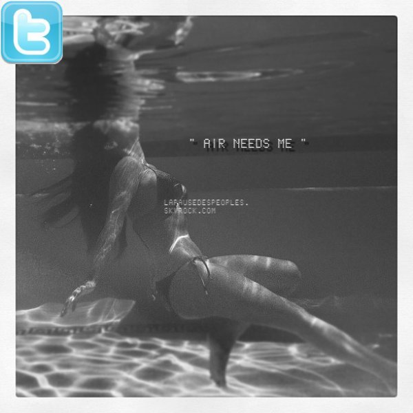 Lady Gaga pose nue dans l'eau avec son copain Taylor Kinney et Kim Kardashian est une vraie sirène !