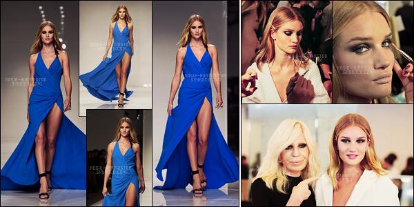 24/01/16 - De nouveau tout en noir, Rosie est arrivée au show Versace pendant la fashion week de Paris. Rosie a défilé dans une robe bleue roi à l'effigie de la marque italienne. Découvrez aussi des photos des coulisses avec Donatella Versace.