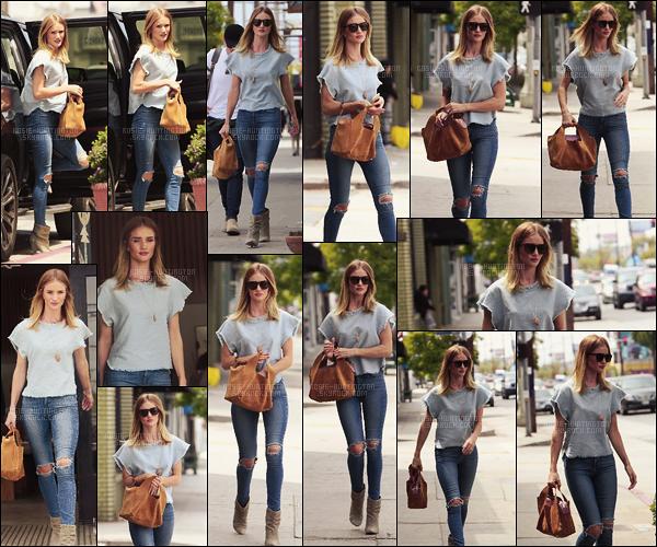 01/06/16 - Rosie Huntington a été aperçue faisant un peu de shopping dans les rues de Los Angeles. Côté tenue, Rosie HW. portait un jean troué, des bottines et un t-shirt bleu clair. J'aime bien l'ensemble, c'est une tenue parfaite de ville