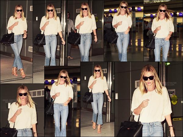 05/06/16 - La mannequin Rosie Huntington a été vue arrivant par l'aéroport dans la ville de New York. Rosie est de retour à New York City pour la cérémonie du lendemain, les Fashion Awards, à la quelle, elle est attendue.  Hâte de voir ça !