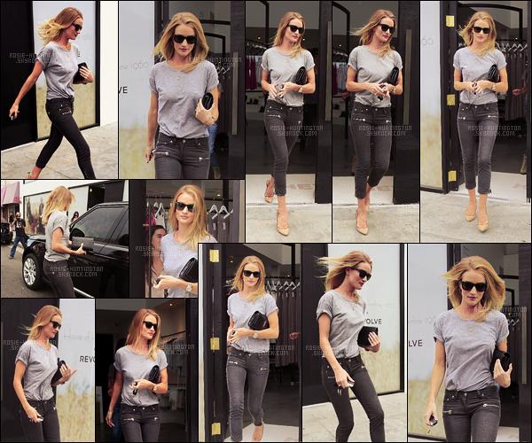 28/06/16 - Rosie Huntington a été vue sortant de la boutique House of Harlow dans West Hollywood. Rosie H.W était très jolie dans sa tenue toute simple composée d'un t-shirt aux manches un peu retroussées et d'un jean noir délavé, top !