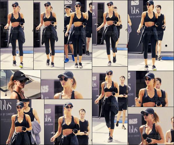 01/07/16 - La mannequin Rosie Huntington a été photographiée quittant la gym dans West Hollywood.  Rosie Huntington-Whiteley portait une tenue de sport bien évidement, j'aime surtout ses lunettes et sa casquette noire de chez Nike ...