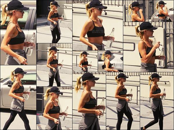 06/07/16 - La jolie Rosie Huntington a été aperçue quittant son cours de gym dans West Hollywood.  On dirait que ces temps-ci, Rosie H-W intensifie ses passages à la gym. Je n'ai rien à redire sur sa tenue, elle est basique pour le sport..