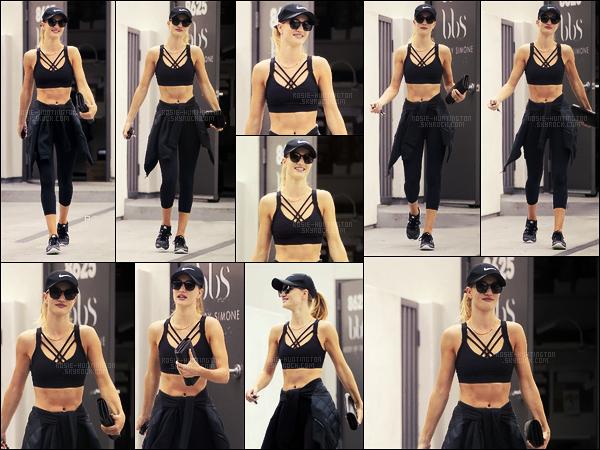 08/07/16 - Rosie Huntington a été photographiée quittant son cours de gym - à West Hollywood, CA.  J'aime tout autant cette tenue de sport que les précédentes qui ont été portées. Sa brassière était très jolie, c'est la petite touche mode ...