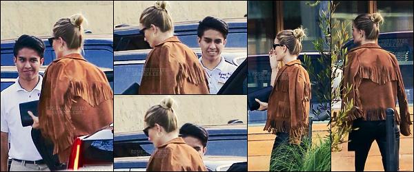 08/07/16 - Rosie Huntington a été aperçue arrivant à « SoHo House » pour le déjeuner à Malibu, CA.  Une arrivée très discrète de Rosie puisqu'il n'y a que très peu de photos et qu'elles sont de mauvaise qualité.Que pensez-vous du haut ?