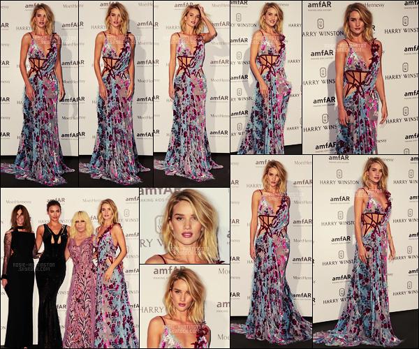 05/07/15 - Dans la soirée, Rosie Huntington était invitée au dîner d'AMFAR dans notre capitale, Paris. Pour une fois, Rosie avait mis une robe très colorée, pour ma part j'aime beaucoup, elle est signée par maison de haute couture Versace