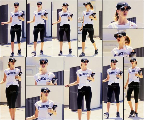 15/07/16 - Rosie Huntington a été photographiée quittant sa salle de sport situé dans West Hollywood.  Je préfère largement cette tenue de sport que celle dernièrement portée par Rosie HW. composée d'une brassière Nike, un top cette fois.