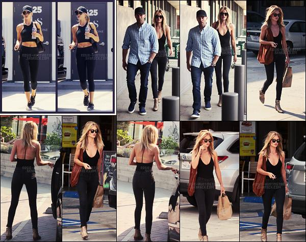 29/07/16 - Notre belle blonde a été aperçue alors qu'elle quittait la gym dans West Hollywood, à L-A.  Puis, Rosie H. a été photographiée, toujours avec son Jason, arrivant et quittant un magasin de courses. J'aime bien la tenue choisie, top.