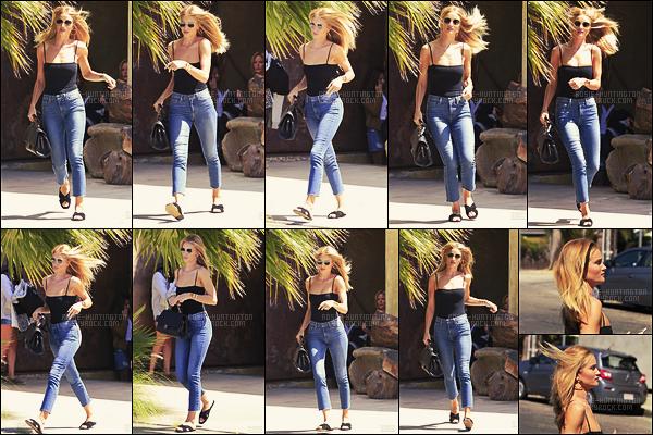 29/08/16 - La jolie Rosie Huntington a été photographiée quittant BBS Gym situé dans Los Angeles CA.  Le lendemain, Rosie HW. était encore à la gym puis elle avait été vue dans le quartier de Venice, à Los Angeles. J'aime bien sa tenue, top.