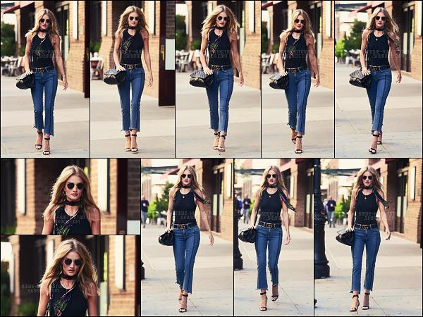15/09/16 - La mannequin Rosie Huntington a été photographiée, seule, dans les rues de la ville de N-Y.  Rosie H. était toute mignonne avec son foulard au tour du cou. J'aime beaucoup cette tenue, tout s'accorde très bien je trouve, un top !