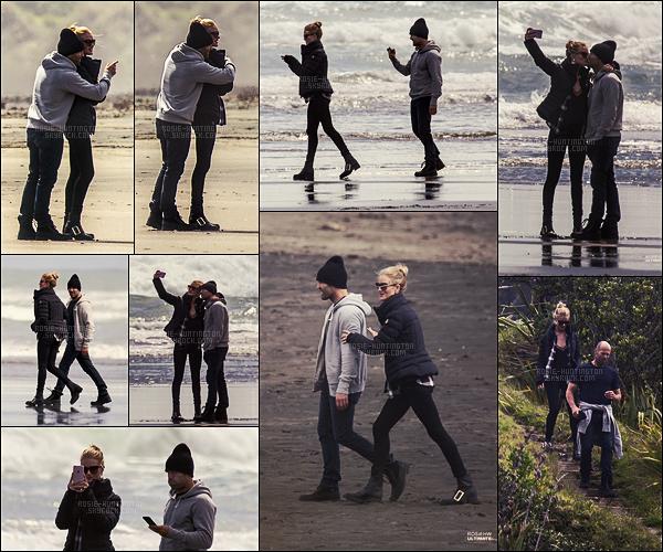 11/10/16 - Rosie Huntington et son fiancé ont été aperçus sur la plage de Piha en Nouvelle Zélande. Après deux grosses semaines de travail en Chine et au Japon pour UGG, notre miss Rosie s'est pris des vacances avec son chéri, Jason.