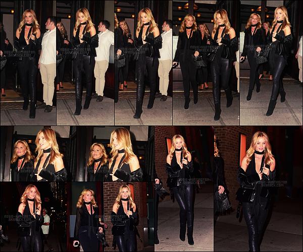 18/10/16 - Dans la soirée, Rosie Huntington a été aperçue sortant d'un hôtel situé à New York City. Rosie avait choisi de porter un jean scintillant, des bottines, une veste et tout ça en noir! Encore une tenue très classe, j'aime beaucoup