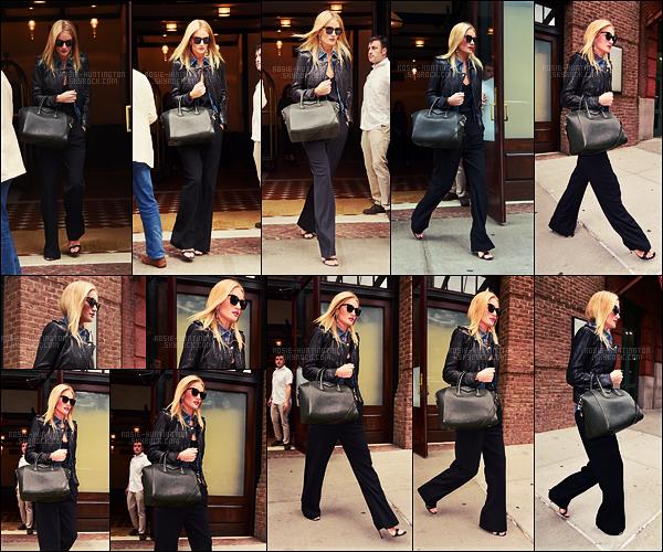 20/10/16 - La belle Rosie Huntington a été vue quittant son hôtel, le Greenwich dans New York City. Un peu plus tard, Rosie HW. a été photographiée quittant l'hôtel The Bowery, toujours dans NYC. Côté tenue, petit top pour la miss.