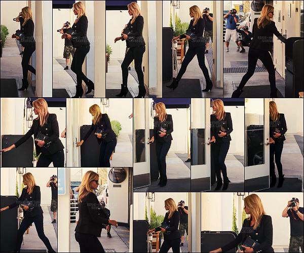 15/02/17 - Rosie Huntington a été aperçue arrivant à la Lancer Skincare Clinic  dans Beverly Hills, CA. Enfin un candid potable de Rosie, j'en ai passé deux qui étaient n'importe quoi. Côté tenue, j'aime bien, c'est simple mais classe, un joli top.