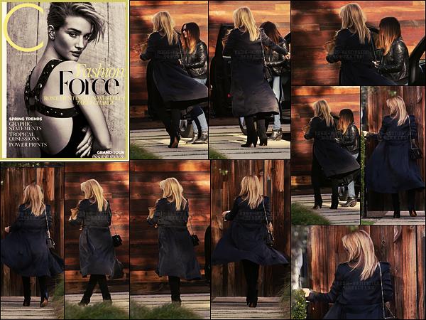 22/02/17 - Rosie Huntington a été aperçue rentrant chez elle avec une amie, c'était à Beverly Hills, CA. Décidement on a encore loupé l'occasion de voir le bidou de Rosie. + Rosie fait la couverture de C Magazine pour son issue de Mars 2017