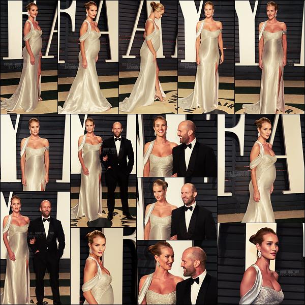 26/02/17 - Rosie Huntington était à la très célèbre « Vanity Fair Oscar Party » dans Beverly Hills, CA. Même enceinte, on ne loupe pas une des soirées de l'année ! Rosie était en beauté au bras de Jason, elle portait une robe signée Versace.