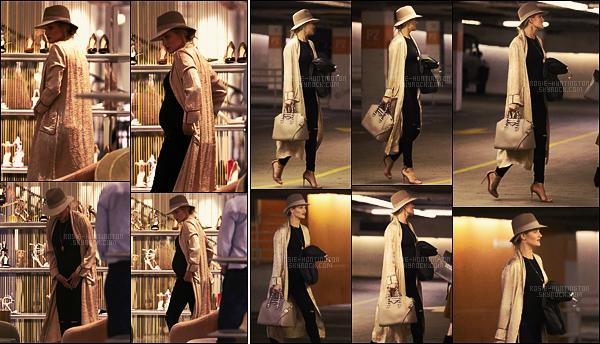 02/03/17 - Rosie Huntington a été repérée faisant un peu de shopping chez Barney's - dans New York. Rosie était partie acheter des chaussures visiblement d'été avec une amie. Concernant la tenue, j'aime beaucoup ses escarpins et son jean.
