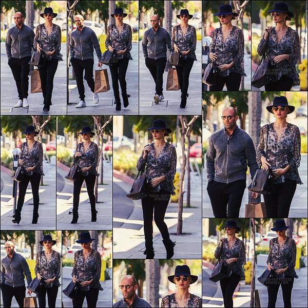 02/04/17 - Rosie Huntington a été vue se promenant avec son fiancé dans les rues de West Hollywood Après son retour de Corée du Sud pour la Fashion Week, Rosie prend un peu de temps pour être avec son homme. Côté tenue, beau top !