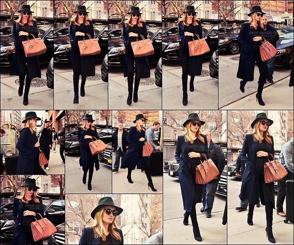 05/04/17 - Nous retrouvons Rosie Huntington et son fiancé dans les rues de la ville de New York City.  Rosie ne perd décidément pas son gout en matière de vêtements ! Chaussée de ses bottines préférées, elle était vraiment sublime, un  top.