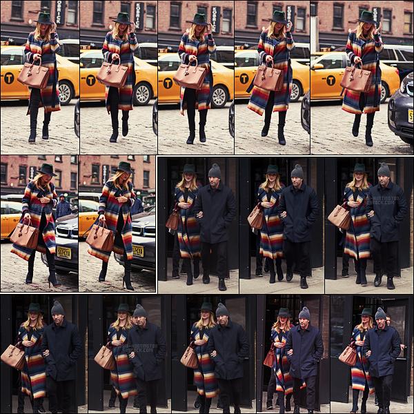 07/04/17 - La sublime Rosie Huntington a été photographiée arpentant les rues de la ville de New York.  Un peu plus tard dans la même journée,  Rosie avait été vue sortant d'un restaurant avec son fiancé, encore une fois dans New York, top.