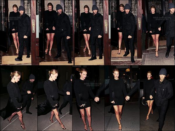 07/04/17 - Dans la soirée, Rosie Huntington a été photographiée sortant dans un restaurant, New York.  On peut dire qu'on ne manque pas de nouvelles de Rosie, quitte à la voir 3 fois dans une même journée. Elle était vraiment trop jolie, top !