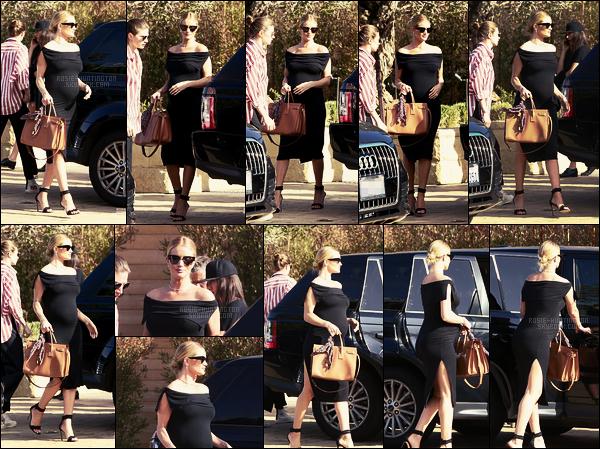 18/04/17 - Rosie Huntington a été aperçue quittant sa maison pour aller dîner avec sa famille à  Malibu. Jour de son anniversaire, Rosie était avec sa famille, la belle fêtait ses 30 ans! Côté tenue, elle dévoile son ventre dans une robe moulante !