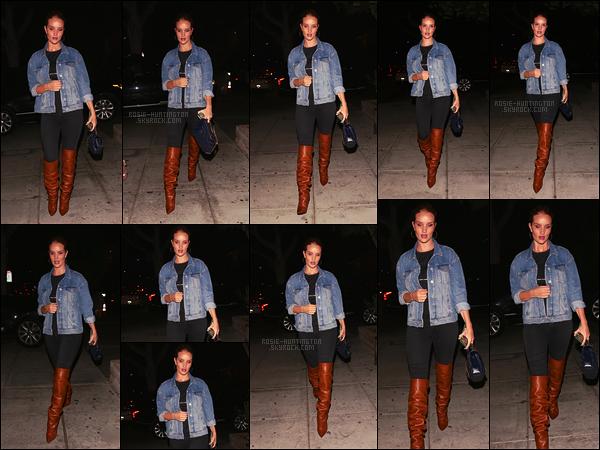 19/09/17 - Dans la soirée, Rosie Huntington a été aperçue, seule, dans les grandes rues de Los Angeles.  Je n'aime pas vraiment la tenue portée, elle ne lui va pas et la grossit terriblement je trouve du à ses petits kilos qu'il reste..  C'est bof !