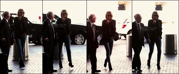 28/10/17 - Rosie Huntington s'est rendue à l'aéroport international Lax situé dans Los Angeles, Californie.  Rien à dire sur cette sortie, il n'y a pas assez de photos à mon gout et c'est trop foncé.. La tenue à l'air sympas quand même, un joli top
