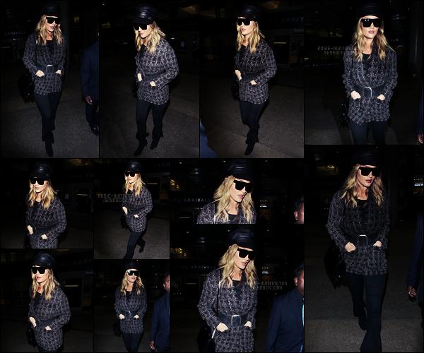 02/11/17 - Rosie Huntington a été aperçue au grand aéroport  LAX qui est dans la ville de Los Angeles !  J'aime bien les photos, on voit que le visage de Rosie ! Côté tenue je suis moins convaincue, ça aurait pu être mieux, top quand même