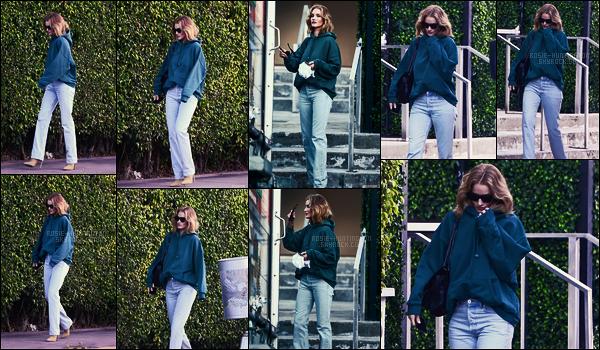 08/01/18 - La mannequin Rosie Huntington  a été photographiée toute seule dans les rues de Miami, FL.  Les photos sont très bofs, et je ne sais pas ce que Rosie y faisait, peut-être un contrat pro mais je penche pour de simples vacances..