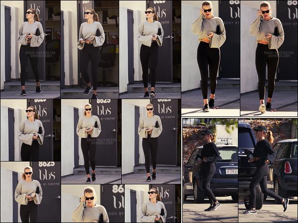 14/01/18 -  Dans la matinée, Rosie Huntington  a été aperçue quittant sa salle de sport dans W.Hollywood. Le 12/01, elle avait été vue aussi après une séance de gym en tenue dans les rues à Los Angeles. Il n'y avait pas beaucoup de photos