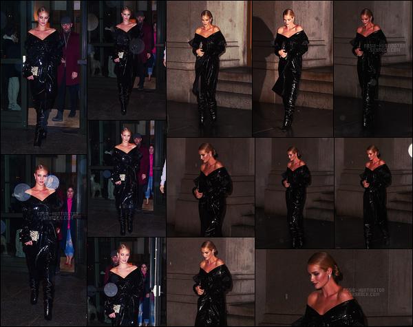 10/02/18 -  Rosie Huntington quittant son hôtel pour se rendre au restaurant Nobu situé dans  New York. Après, elle a été aussi vue quittant le restaurant. Les photos sont pas top parce qu'il pleuvait. Je ne sais pas quoi penser de cette tenue