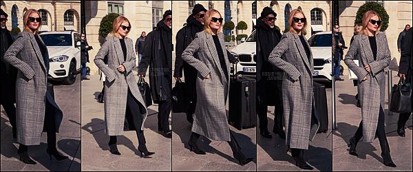 28/02/18 -  Rosie Huntington a été aperçue alors qu'elle quittait l'hôtel  Ritz où elle séjourne, à Paris, -FR. On ne voit pas grand chose à sa tenue malheureusement mais ça a l'air sympas. On voit qu'elle quittait Paris surement pour Los Angeles