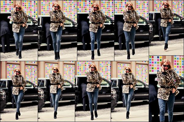 25/03/18 -  La mannequin britannique Rosie Huntington a été aperçue regagnant son hôtel de  New York. La tenue n'est pas trop mal mais je trouve son skinny trop large pour elle, c'est un peu dommage sinon très contente de la revoir sortir