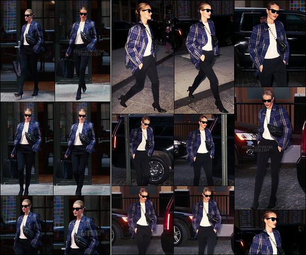 26/03/18 -  Dans la journée,  Rosie Huntington a été aperçue quittant et arrivant à son hôtel de  New York. Deux sorties pour Rosie dans la même tenue, elle fait très working-girl ! Pour ma part, je lui donne un top, et donc qu'en pensez-vous ?