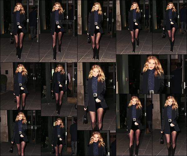 27/03/18 -  Notre Rosie Huntington a été photographiée quittant son hôtel pour aller dîner dans  New York. Je ne suis pas trop fan du haut des bottes, cette coupe est bof. Le reste de la tenue est au top. Elle avait vraiment un visage de poupée !