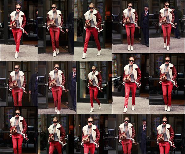 27/03/18 -  Dans la journée,  Rosie Huntington a été repérée quittant son hôtel situé dans - New York City. Rosie avait décidé de faire péter le rouge, c'est assez rare sauf pour des robes. C'est pas laid, mais personnellement je ne porterai pas ça