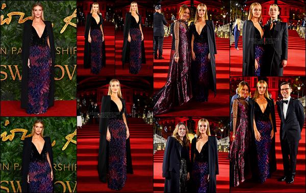 10/12/18 - Rosie Huntington était présente aux  British Fashion Awards  organisés dans  Londres, - UK ! J'aime énormément la tenue de Rosie, elle est sublime et la cape l'embellit encore plus, c'est un coup de coeur pour moi. Top / Flop ?